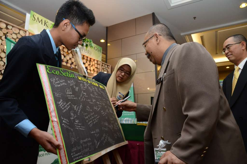 Exhibition Tour by Tn Hj Mohd Anuar Abd Hamid, Sr Principal Assist. Director, Co-Curriculum & Arts Div., MOE