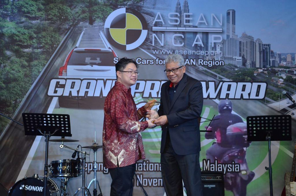 YBhg Dato' Radzaif Mohamed (DCEO of PROTON) receives the award (2)