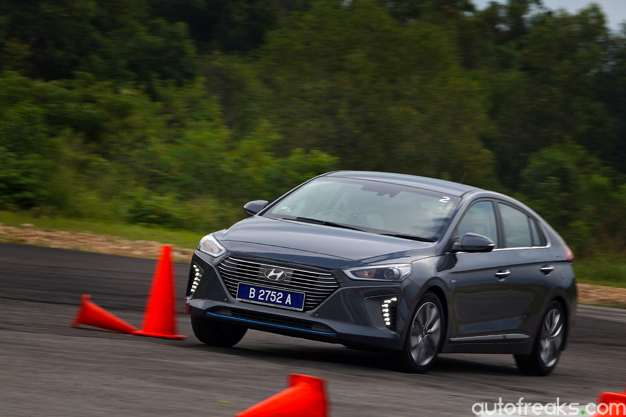 2017_Hyundai_Ioniq_Review (21)